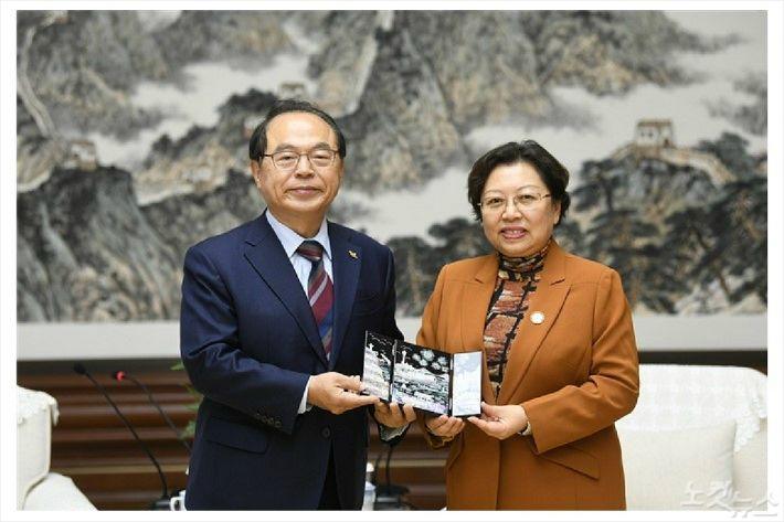 왼쪽부터 오거돈 시장과 기념품 교환하는 베이징 왕홍 부시장(사진제공/부산시청)