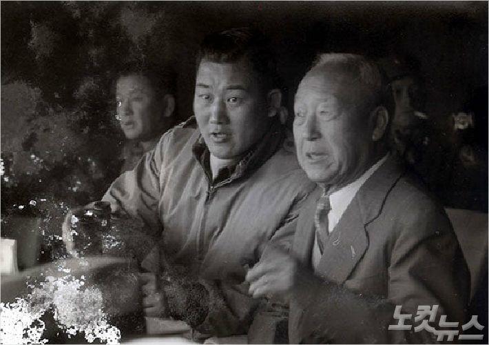 김종원(왼쪽)과 이승만 전 대통령의 모습. (사진=민족문제연구소 전북지부)
