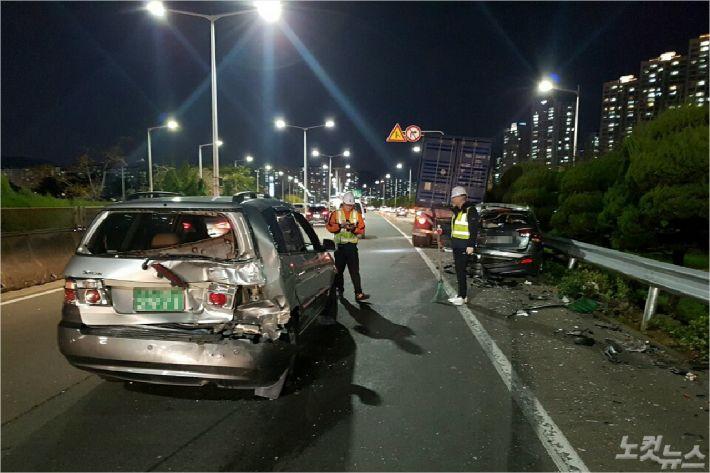 2일 부산도시고속도로서 음주 상태로 트레일러를 몰던 한 운전자가 앞서 가던 승용차 4대를 잇달아 들이받는 사고가 발생했다.(사진=부산경찰청 제공)