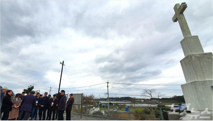 순례단이 스즈타 감옥터를 떠나기 전, 다함께 기도하고 있다.