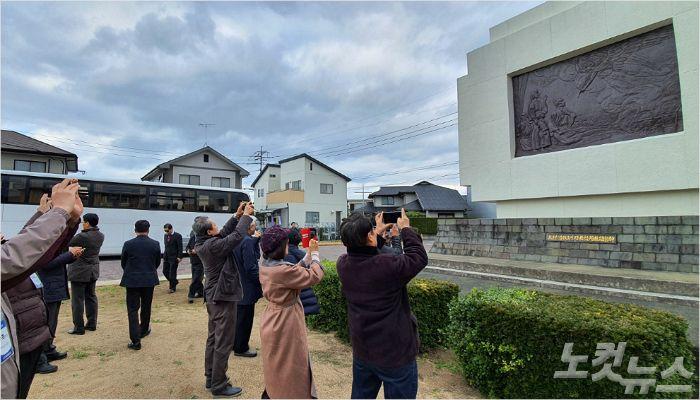 호코바루 처형장을 참관하고 있는 순례단.