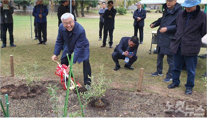 이성구 목사가 순례단을 대표해 감람나무 식수를 하고 있다.