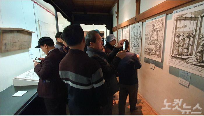 마츠우라 사료박물관에 전시된 기독 전시물을 둘러보고 있는 순례단.