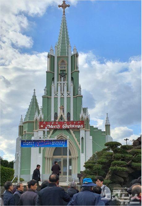 자비에르 기념교회에 순례단이 도착하고 있다.