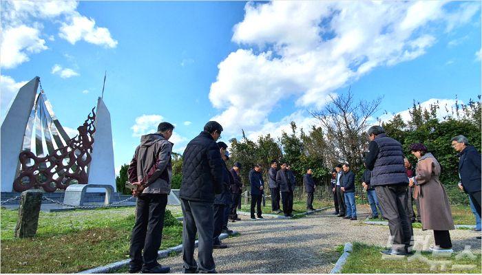 야이자 화형장에서 기도하고 있는 순례단의 모습.