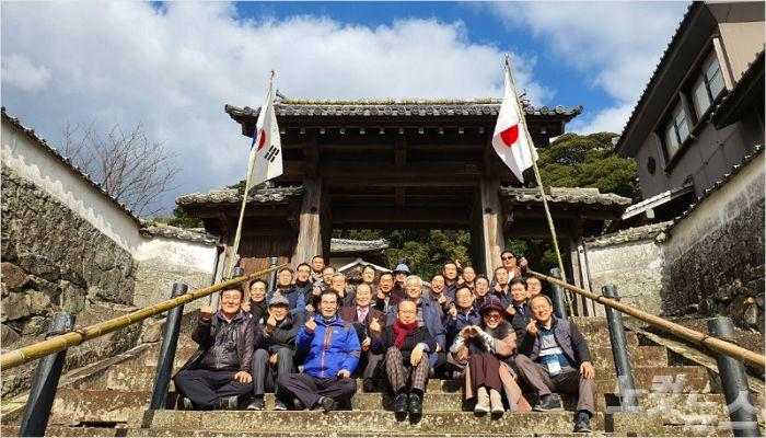 마츠우라 사료박물관 입구에서 단체사진을 찍고 있는 순례단의 모습.