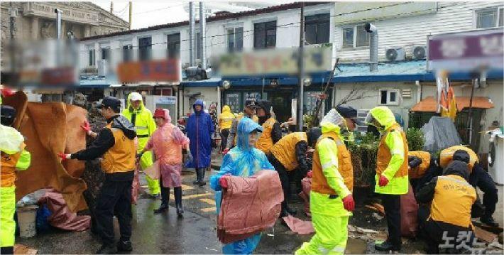 강릉 경포동 침수 피해 상가 주민들과 복구작업을 벌이고 있는 자원봉사자들. (사진=강릉시청 제공)