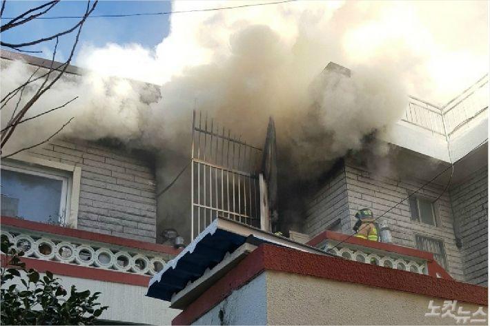 12일 오후 1시 40분쯤 부산 부산진구의 한 주택 2층에서 불이 나 십여분 만에 꺼졌다.(사진=부산 경찰청 제공)