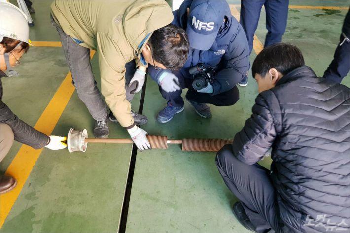 지난달 29일 부산 사하소방서 다대119안전센터 차고지 전동 셔터가 추락해 소방관 한 명이 숨졌다. 경찰과 소방은 지난 2일 사고 현장 감식을 실시했다. (사진=박진홍 기자)