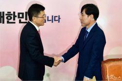 """한국당 초선 """"유승민 3원칙 넘어야""""…당협위원장 일괄사퇴"""