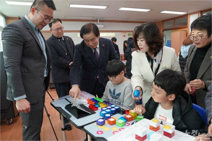 송기섭 진천군수(왼쪽 세번째)가 스마트교실을 둘러보고 있다. (사진=진천군 제공)