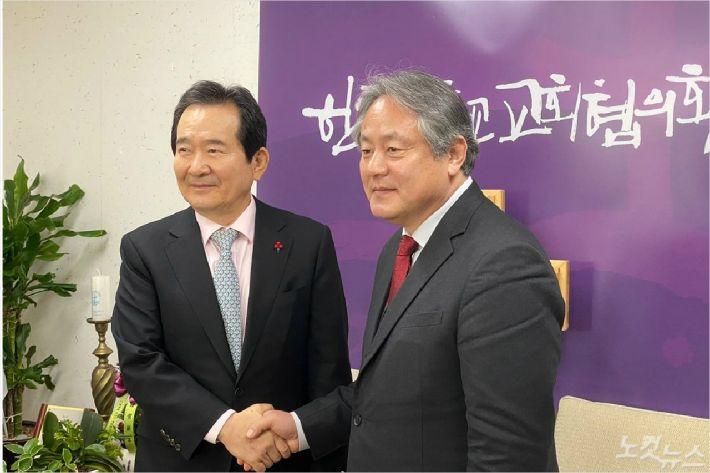 한국기독교교회협의회 이홍정 총무(오른쪽)는 정세균 국무총리에게 한반도 평화를 위한 정부의 적극적인 노력을 당부했다.