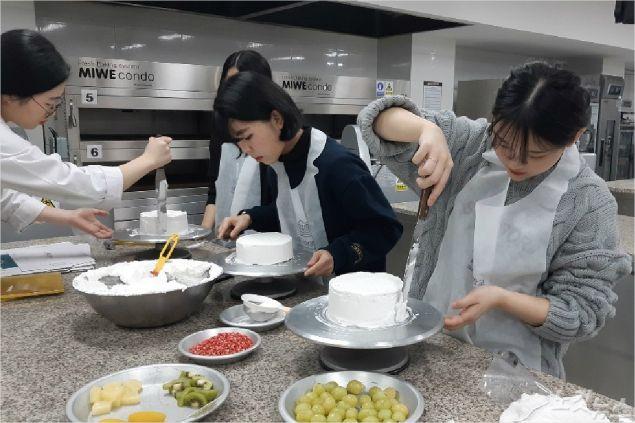 대구과학대학교 식품영양조리학부 실습실에서 실시된 '2019 꿈 창작 캠퍼스 3기 학습성과 발표회'에서 '제과제빵 과정' 일반고 학생들이 공개 수업을 하고 있다