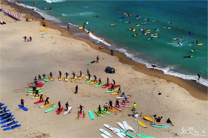 부산시가 송정해수욕장의 서핑구간을 기존 80m에서 120m늘리는 방안을 추진한다. (부산 CBS)