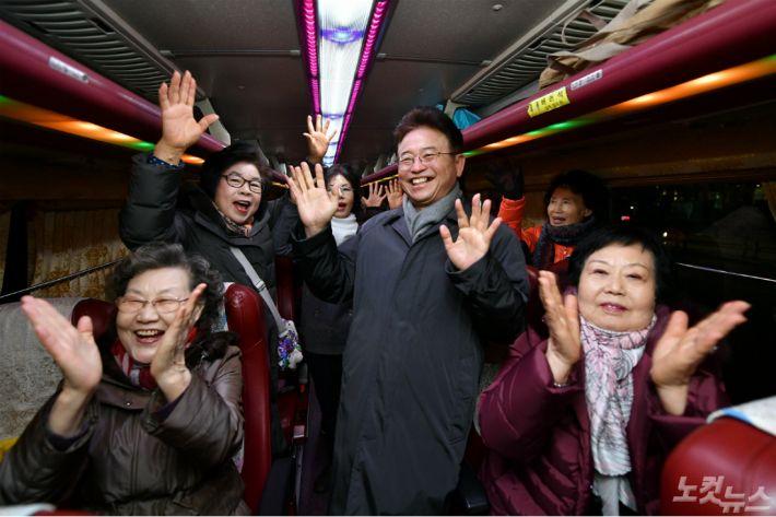 이철우 경북지사가 서울 강남역을 깜작 방문해 투어관광객들과 인사를 나누고 있다.(사진=경북도 제공)