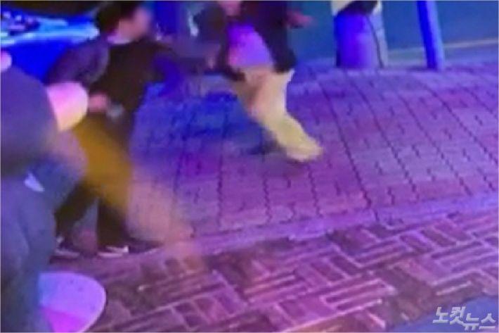 속초시의회 김명길 시의원(왼쪽)과 주민(오른쪽) 간 주먹다짐을 벌이는 모습. (사진=주민 이모씨 제공)