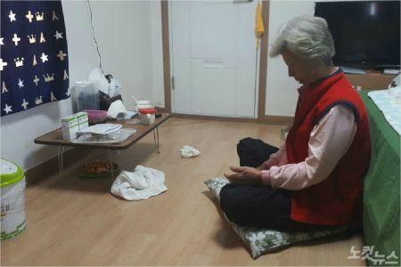 산불 당시 자신을 구하려다 숨진 동생을 그리워 하며 눈물 짓고 있는 김순점(68) 할머니 모습. (사진=유선희 기자)