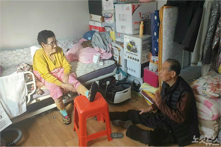 '미탁' 태풍으로 보금자리를 잃고 임시주택에서 불편한 생활을 이어가고 있는 송수학 할아버지 부부. (사진=전영래 기자)
