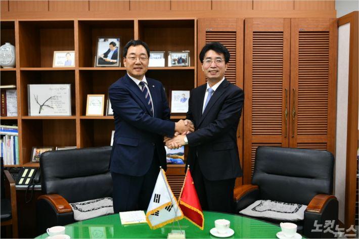 지난 15일 김철수 속초시장과 고옥룡 중국 훈춘시 당위원회 서기장이 속초시장 집무실에서 만났다. (사진=속초시청 제공)