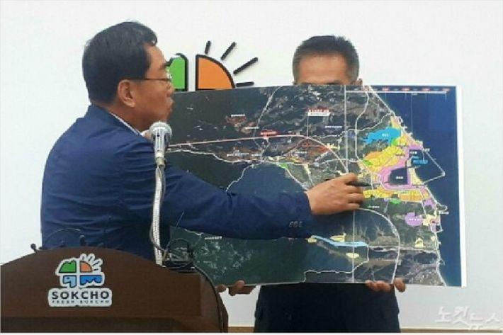 김철수 속초시장이 동서고속화철도 노선도를 보고 설명하고 있다. (사진=유선희 기자)