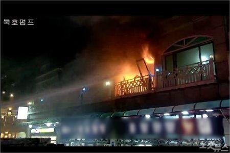 지난 25일 오후 7시 46분쯤 동해시 묵호진동의 한 펜션에서 가스 폭발로 추정되는 사고가 발생해 4명이 숨지고 5명이 중경상을 입었다. (사진=강원소방본부 제공)