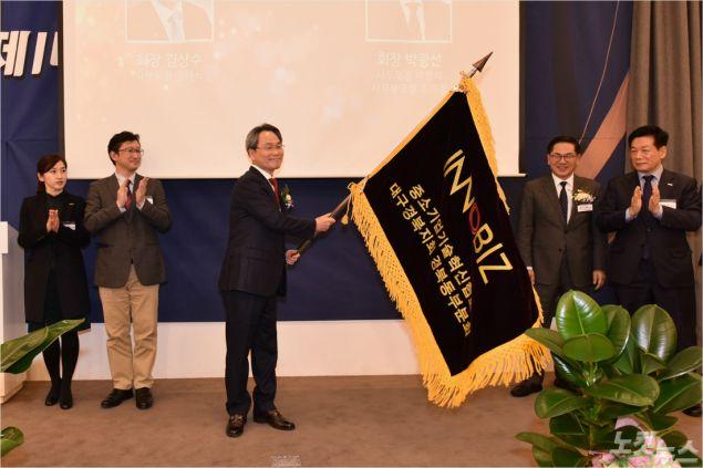 박광선 취임회장이 회기를 전달받고 있다. (사진=포항CBS)