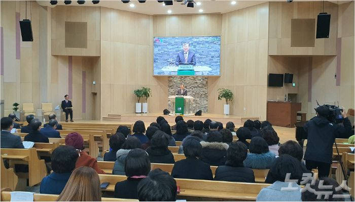 지난달 30일, 온천중앙교회에서 열린 동래구기독교연합회 신년하례회에서 회장 정민조 목사가 말씀을 전하고 있다.
