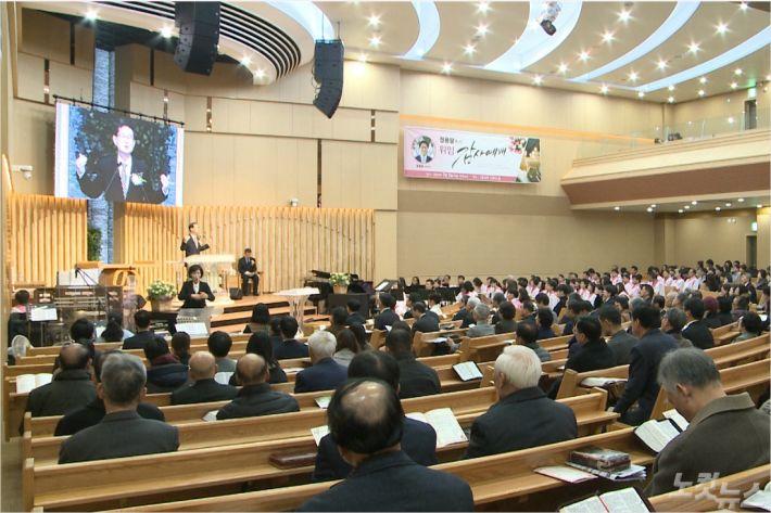 지난 2일, 신흥교회에서 드려진 정용달 목사 위임감사예배에서 박삼우 원로목사(부민교회)가 말씀을 전하고 있다.