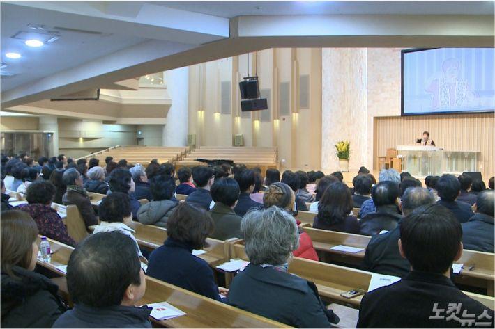 지난 10일, 부산동부노회에서 주최한 전도간증집회에서 조혜련 집사가 간증을 전하고 있다.