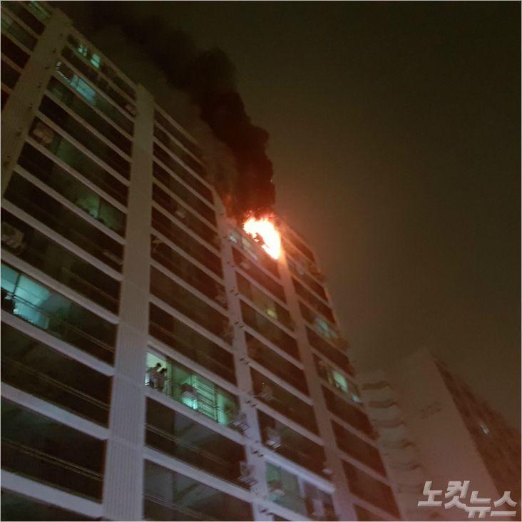 14일 오전 1시 44분쯤 전북 전주시 덕진구 한 아파트 15층짜리 아파트 13층에서 불이 났다. (사진= 전북소방본부)