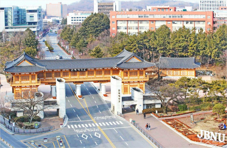 전북대 신정문과 바로 뒤 한옥정문 모습. (사진= 전북대 제공)