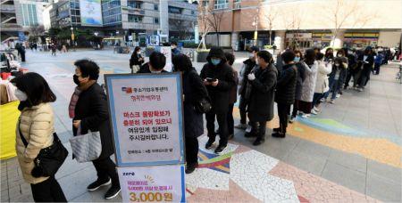 코로나19 확진자가 334명 늘어 총 1595명으로 집계된 27일 오전 서울 양천구 행복한백화점에서 진행된 '중소기업유통센터, 마스크 긴급 노마진 판매 행사' 를 찾은 시민들이 마스크를 구매하기 위해 줄서 기다리고 있다. 황진환기자