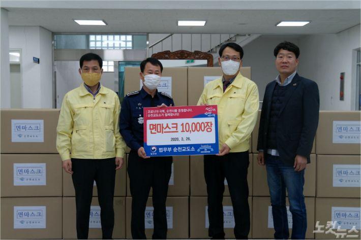 순천교도소가 수용자들이 만든 면마스크 1만장을 순천시에 전달했다.(사진=순천교도소 제공)