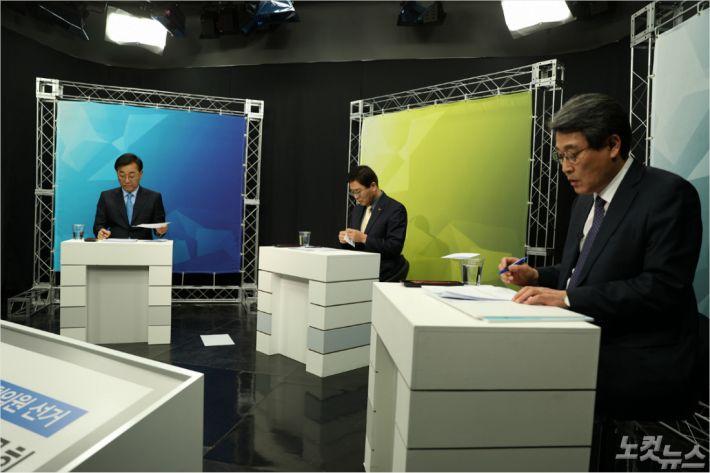 26일 오전, '선택2020 토론 강대강'에 참석한 후보들이 토론을 준비하고 있다. (사진=송승민 기자)