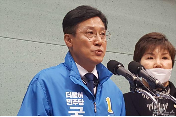 30일 민주당 신영대 후보(전북 군산)가 기자회견을 하고 있다.(사진=김용완 기자)