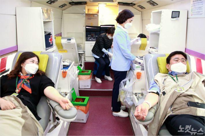 전북혁신도시에 위치한 LX 본사 임, 직원들이 코로나19로 비상상황에 처한 혈액수급난 타결에 도움을 주기 위해 사랑의 현혈을 하는 모습(사진=LX제공)