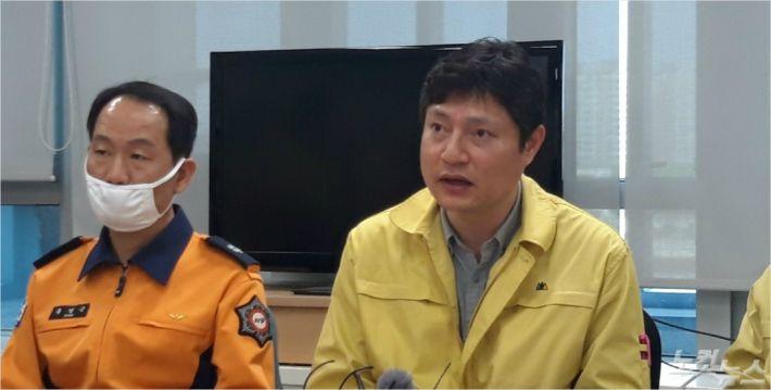 강영석 전북도 보건의료과장이 코로나19 확산 차단을 위한 해외입국자 이송 지원 방안을 설명하고 있다.(사진=최명국 기자)