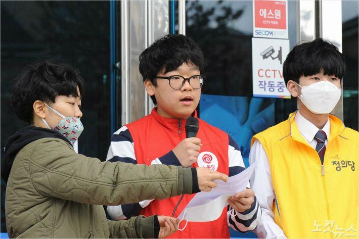 '노동당 비례대표 0번' 전주고등학교 2학년 조민 군(가운데). (사진= 조민 군 제공)