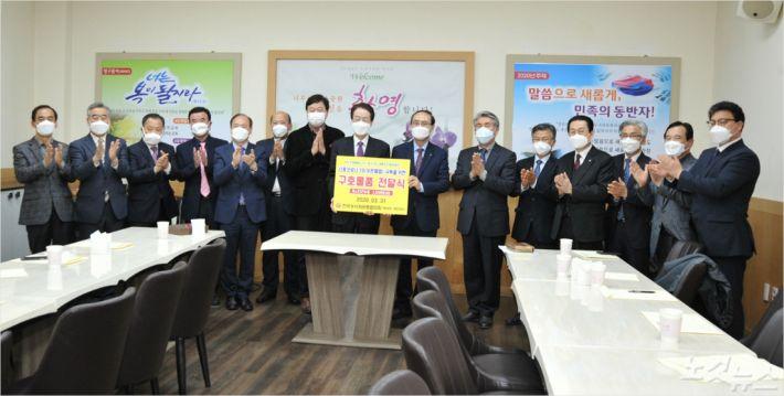 한국성시화운동본부(대표회장 채영남 목사)가 3월 31일(화) 본향교회에서 코로나19 극복을 위한 마스크 1만장을 기부했다.