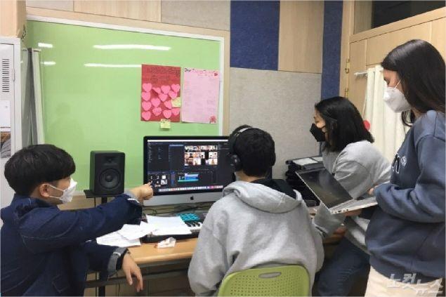 음원편집과 영상 제작을 하기 위해 최소 인원 학생들이 모여 작업을 하고 있는 모습 (사진=포항CBS)