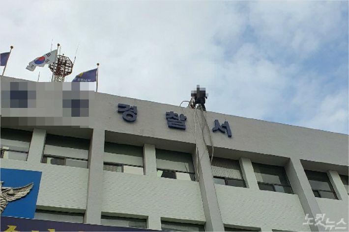 부산의 한 경찰서 옥상에서 60대 남성이 억울함을 호소하며 난동을 부려 소방이 출동하는 등 소동이 일어났다. (사진=부산경찰청 제공)