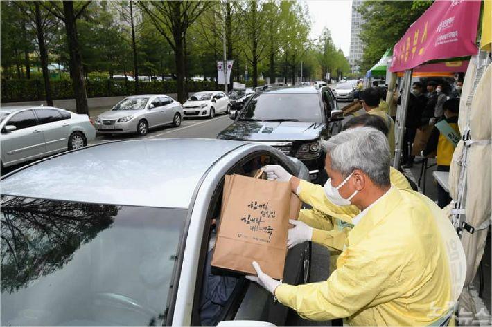한국임업후계자협회는 코로나19로 인해 어려움을 겪는 임업인들을 위해 드라이브스루 임산물 판매운동을 가졌다.(사진=최무열장로제공)