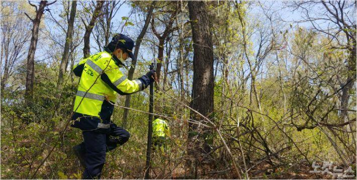 지난달 22일 경찰이 김제 금구의 한 야산에서 실종된 A씨를 찾고 있다. (사진=남승현 기자)