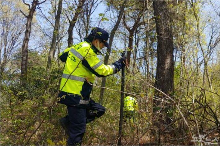 지난달 22일 경찰이 야산에서 실종 여성을 찾고 있다. (사진= 자료사진)