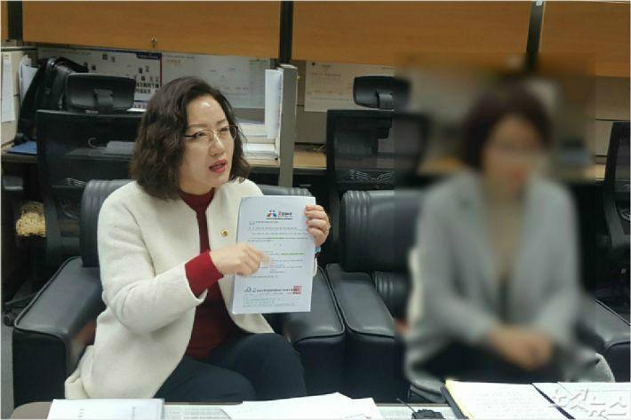 지난 1월 21일 지역아동센터 전북지원단장(사진 우/모자이크)이 최영심 전북도의원(사진 좌)과 함께 기자회견을 갖고 부당해고를 주장했다.(사진=김용완 기자)