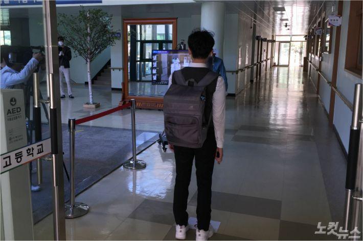 울산 함월고등학교 고3 학생이 교내에 설치된 열화상 카메라 앞에 서서 발열을 확인하고 있다.(사진 = 반웅규 기자)