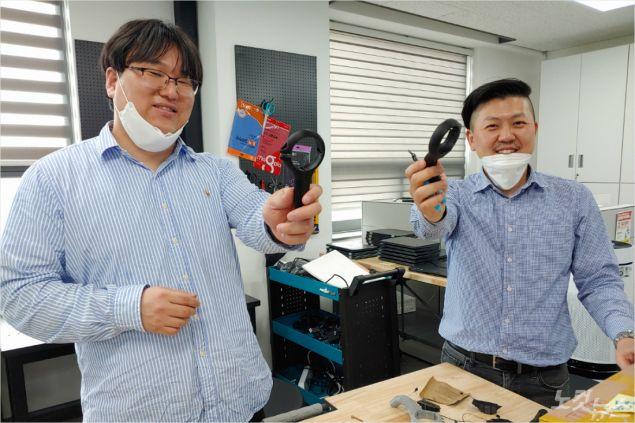 코로나19 방지 문고리를 제작한 이정한 교사(좌측)와 알렉세이 유 교사 (사진제공=한동글로벌학교)