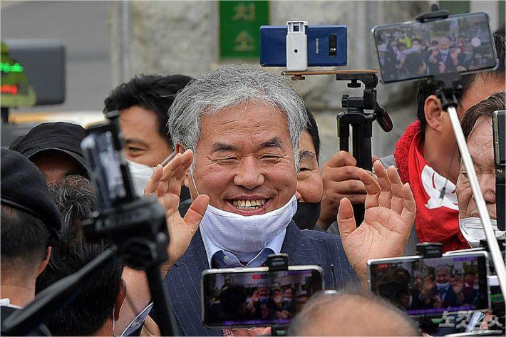 전광훈 목사가 지난 4월 20일 경기도 의왕 서울구치소를 나서며 미소짓고 있다. 박종민기자