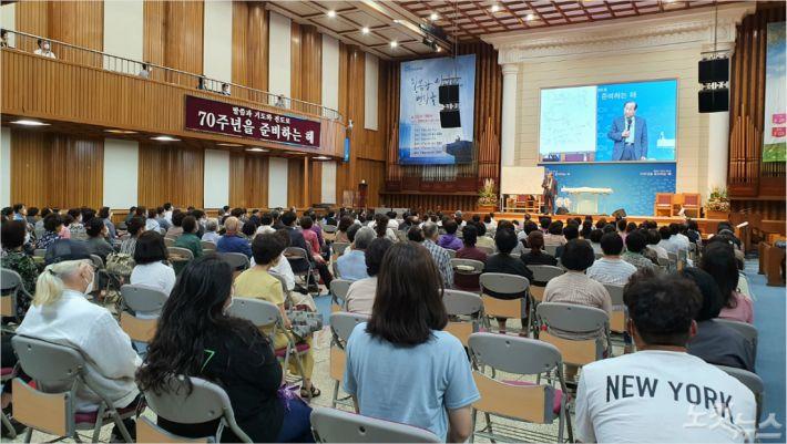 지난 17일, 부산영락교회에서 장향희 목사가 춘계부흥회를 진행하고 있다.