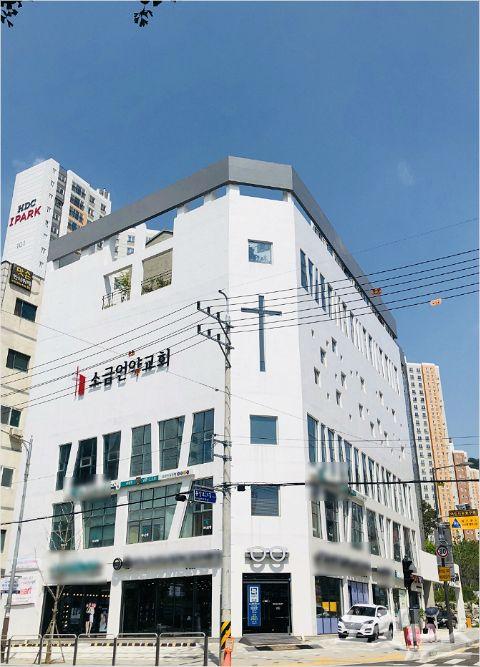 은행과 안경점 등이 입점해 있는 서울 은평구 소금언약교회.